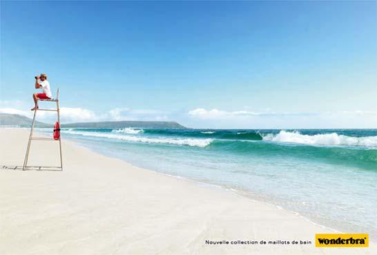 Publicité Wonderbra avec le maître-nageur-sauveteur avec ses jumelles sur la plage qui tourne le dos à la mer...