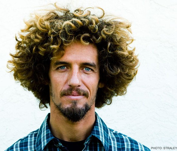 Le surfeur Rob Machado et sa coupe de cheveux afro.