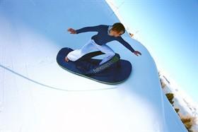 Surfer sur la neige en snowboard avec des tongs Havaianas c'est possible