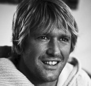 """Tom Frager avec ses cheveux blonds qui lui donnent le """"look surfeur"""" qui plaît à ses groupies..."""