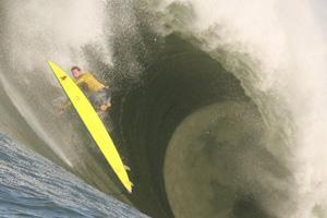 Deux vagues géantes blessent des spectateurs pendant la compétition de surf à Mavericks