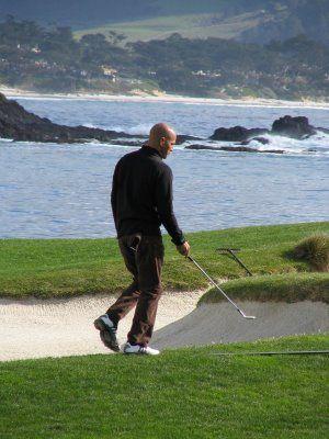 Sur ce parcours de Golf, Kelly Slater n'est pas dépaysé : il retrouve le sable dans le bunker et l'océan à proximité
