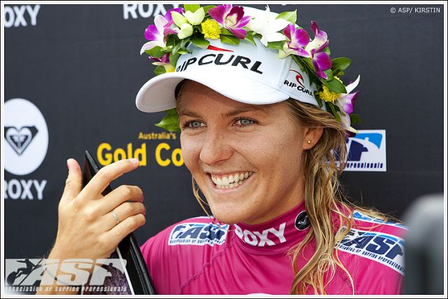 Photo de la surfeuse Stephanie Gilmore championne du monde de surf - tags surfeuse blonde australie competition surf fleurs rose jolie belle fille