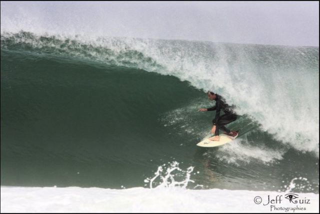 Le surfeur Jean Seb Estienne dans un tube landais. Photo Copyright Jeff Ruiz.