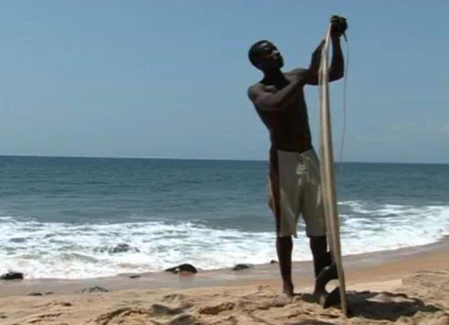 Alfred premier surfeur du Liberia : le surf après la guerre