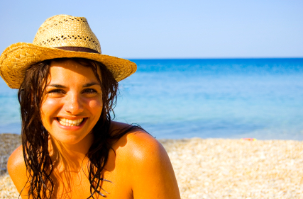 Luminotherapie naturelle a la plage - belle jeune femme brune en maillot - iStock