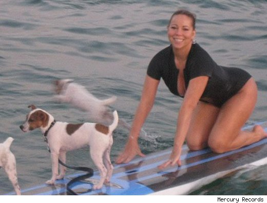 Mariah Carey sur une planche de surf a quatre pattes avec ses chiens - Puerto Rico -
