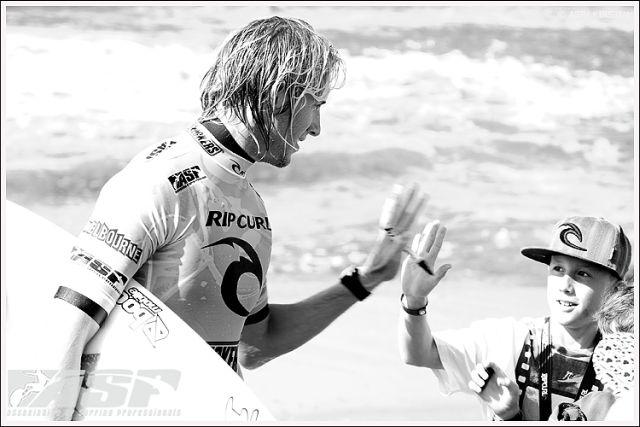 Le surfer Owen Wright montre l'exemple aux plus jeunes surfeurs pendant le Rip Curl Pro Bells Beach 2010 - photo ASP