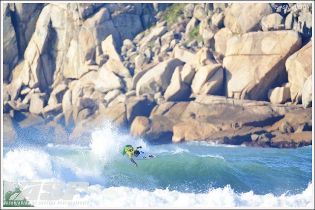 Surf : Michel Bourez, Jeremy Flores et Kelly Slater passent au Brésil
