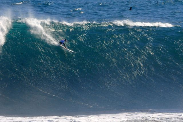 Le surfer Cristian Merello - vainqueur du Quiksilver Ceremonial Big Wave Invitational - Punta de Lobos - Pichilemu - Chili - tags tres grosses vagues - big wave riding - late drop - take-off