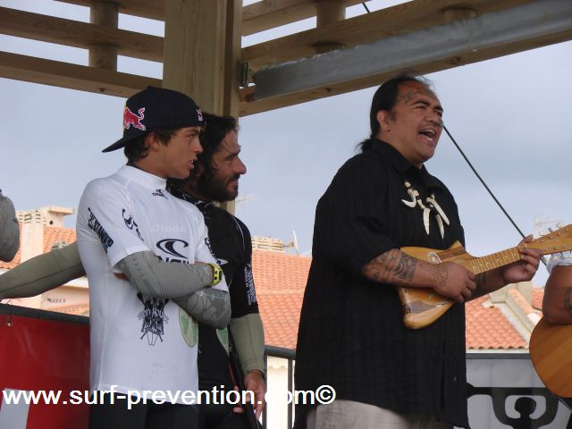 Kai Lenny et Peyo Lizarazu ecoutent les chanteurs hawaiiens avant la remise des prix du Stand Up World Tour Anglet 2010