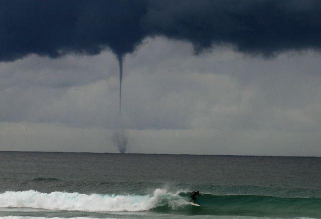 Les dangers du surf : le surf pendant une tornade…