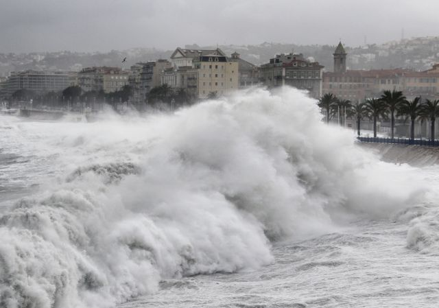 Photo des vagues géantes à Nice le 4 Mai 2010 - AFP PHOTO VALERY HACHE