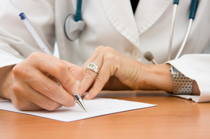 La redaction d'un certificat medical de non-contre indication a la pratique du sport est un acte medical effectue par votre medecin generaliste - tags docteur - blouse blanche - stethoscope - ordonnance - certificat iStockphoto / furabolo
