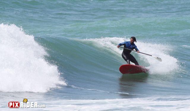 Le surfeur Peyo Lizarazu en cutback en stand-up paddle pendant l'expression session a Anglet.