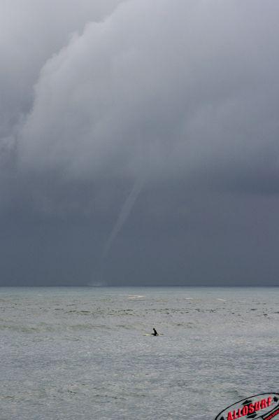 Surf devant une tornade a Capbreton dans les Landes avant un gros orage.