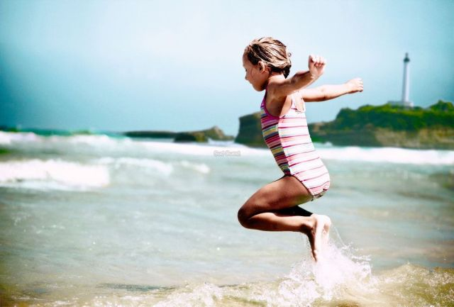 Biarritz fete l'ocean - affiche - tags petite fille blonde en maillot au bord de l'eau a la plage devant les vagues a la grande plage de biarritz