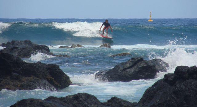 Belle vague backside pour  Olivier - Photo article Surf Therapie et mucoviscidose