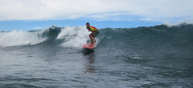 jeune surfeur atteint de mucoviscidose profitant des bienfaits de la surf therapie - photo DR