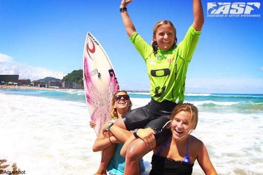 Pauline Ado gagne la compétition de surf Pro Junior à Saint Sebastien