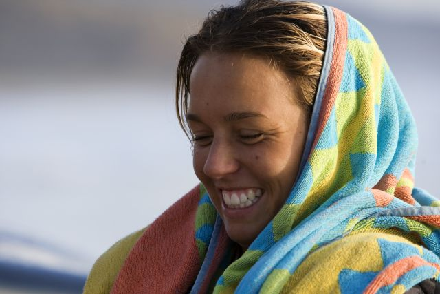 Sally Fitzgibbons - portrait surfeuse - jolie fille a la plage avec le sourire - serviette roxy - photo Roxy - Aquashot