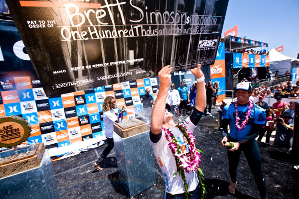 Le surfer Brett Simpson avec son cheque de 100.000 dollars glane a l'US Open de surf 2010.