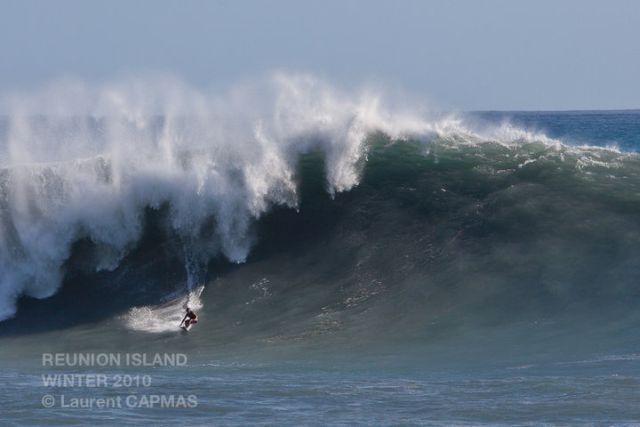 Gros surf tracté sur le spot de La Folette à La Réunion