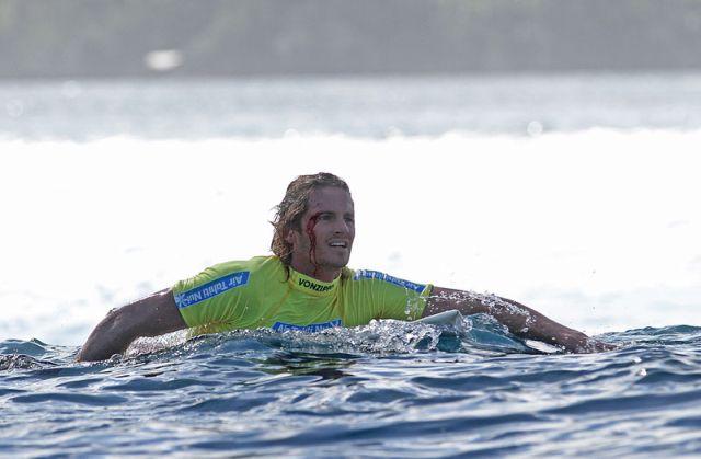 Le surfeur Laurie Towner prend cher à Teahupoo…