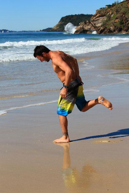 Parko en maillot remarche enfin dans le sable.