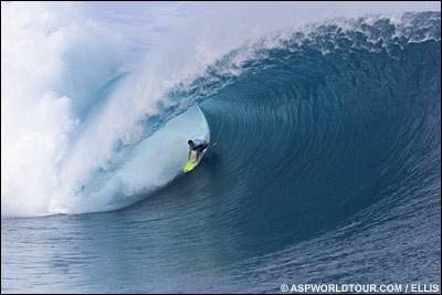 Surf : des vagues parfaites pendant la compétition à Teahupoo…