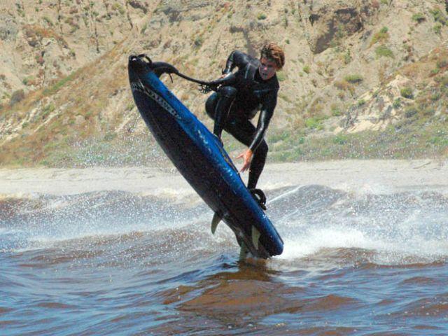 Insolite: la planche de surf à moteur débarque sur les spots !?!