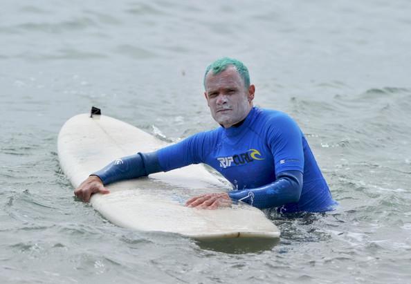 Flea des Red Hot Chili Peppers avec les cheveux verts fait du surf a Malibu...