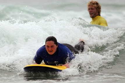 Ruth 22 ans profite d'une session de Surf Therapy a Watergate Newquay - photo Matt Cardy -via Getty