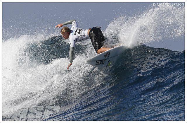 Pat gudauskas prend du speed avant son rodeo flip - billabong pro - teahupoo- Tahiti 2010