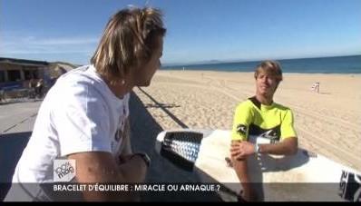 Les surfeurs Xavier Leroy et Vincent Duvignac discutent des effets des bracelets Power Balance dans 100% Mag sur M6
