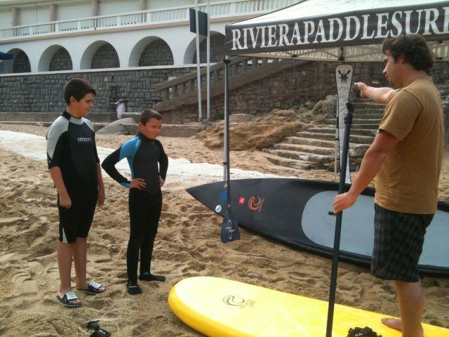 Surf Thérapie : des enfants surfent à Biarritz malgré un handicap