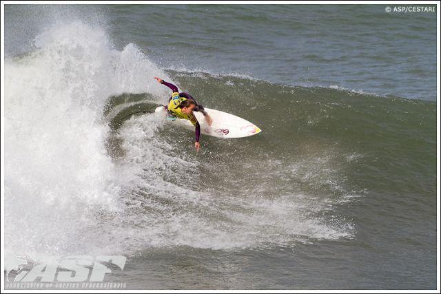 La jeune surfeuse Carissa Moore bat Steph Gilmore au Portugal