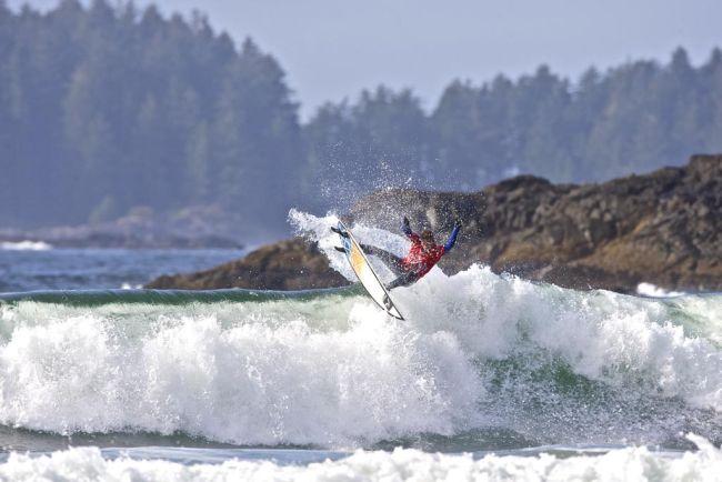 Surf en eau froide : Josh Kerr remporte la compétition au Canada