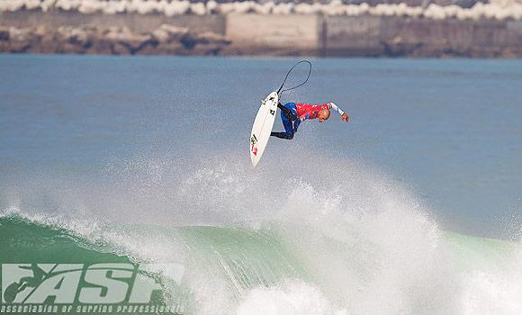 Kelly Slater survole le Rip Curl Pro Portugal !