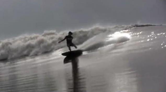 Pororoca araguari river surfing - surfeur sur une vague de mascaret