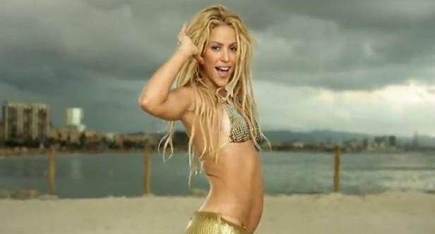 Shakira «Loca» en bikini à la plage dans son nouveau clip à Barcelone