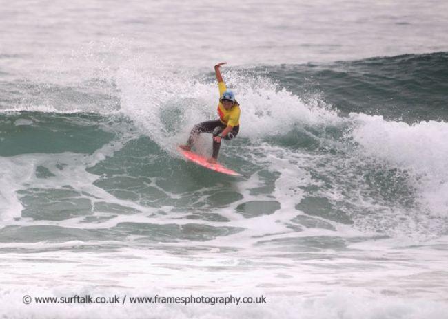 Gwen Spurlock la championne de surf britannique casquée !