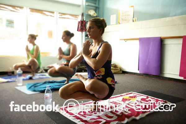Maya Gabeira pratique le Bikram Yoga en attendant les vagues