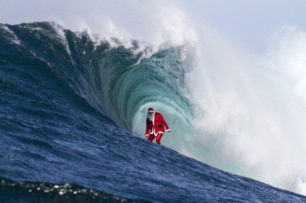 Le Père Noël fait du surf à Shippies…