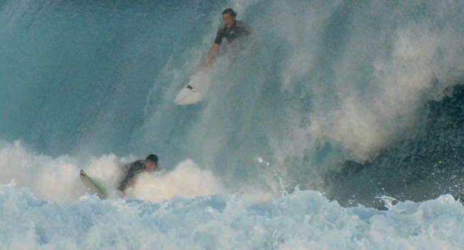 Collision surfeur contre surfeur à Pipeline : ça passe ou ça casse…