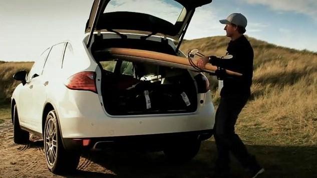 Robby Naish va surfer en Porsche Cayenne S