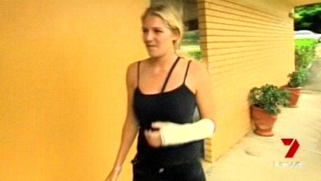 La surfeuse Stephanie Gilmore attaquée à la barre de fer