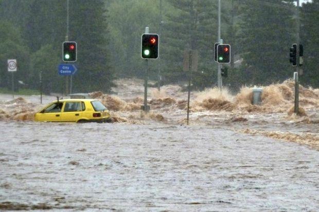 Inondations dans le Queensland : les surfeurs australiens solidaires