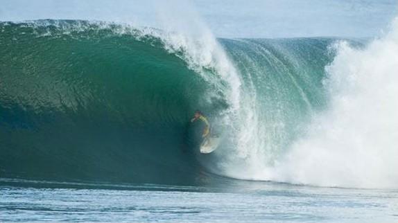 Le surfeur Jérémy Flores shoote de grosses vagues à Hawaii