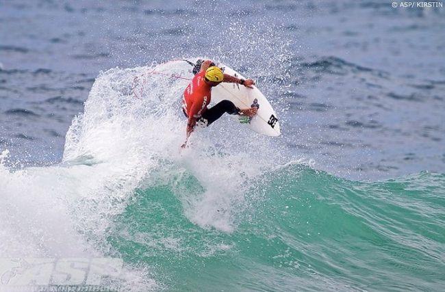 Marc Lacomare gagne une compétition de surf avec un bonnet de bain !